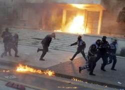[서소문사진관]정부 청사 방화, 조기총선 요구 알바니아 시위대