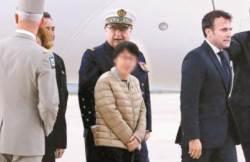 [사진] 구출된 한국여성 파리 도착