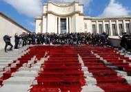 [서소문사진관]피(?) 뿌리고 알몸 시위…유럽은 '멸종저항' 몸살
