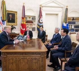 [사진] <!HS>트럼프<!HE><!HS>,<!HE> <!HS>백악관<!HE>서 신동빈 면담