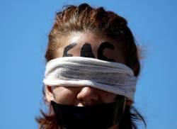 [<!HS>서소문사진관<!HE>]브라질 학생들이 눈가리고 입막은 이유는?