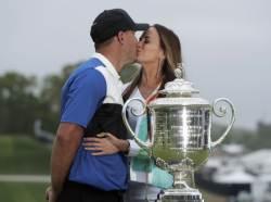 여자 친구 키스 두 차례 외면하고 PGA 챔피언십 우승한 켑카