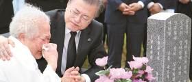 """문 대통령 """"<!HS>독재자<!HE> 후예"""" 언급, 내년 총선 지지층 결집 노렸나"""