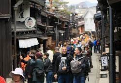 아베의 지방창생 도전…관광 수입이 반도체 수출 넘었다