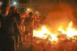 [서소문사진관] 인니(印尼) 대선 불복 격렬 시위, 무슬림은 집회 도중 기도