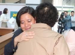 한국 오려 '선박 <!HS>검사<!HE>관' 된 입양 여성 41년 만에 가족 만났다