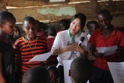 소유, 아프리카 우간다서 노래 재능기부