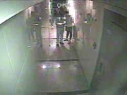 [단독] 경찰조끼 밑으로 뭔가 쓱···CCTV에 걸린 '인사치레'
