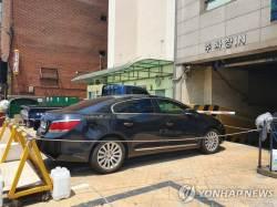 승용차로 주차장 입구 막고 '연락두절'된 주민…입주자 내홍 탓?