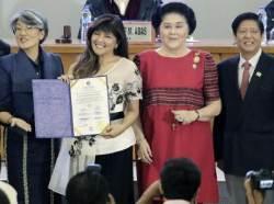 [서소문사진관]독재자 마르코스와 이멜다 장녀, 상원의원 당선