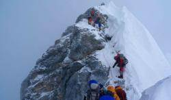 등반객 몰린 에베레스트…순서 기다리다 3명 사망