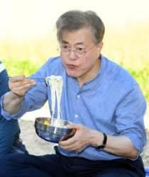 문 대통령, 경주 찾아 첫 모내기…주민들과 '막걸리 새참'