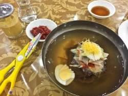 캄보디아 북한 식당의 물냉면은 맵고 질겼다