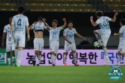 '주니오 1골 1도움+이근호 시즌 1호골' 울산, 성남에 4-1 완승… 1위 질주