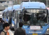 스마트폰 보느라 버스 손잡이 안 잡다 꽈당 급증, 그런데도 서울시, 모든 버스·정류장에 무료 와이파이
