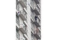 """50대 남성, """"집에 시체있다""""며 아파트 12층서 알몸 자살 소동"""