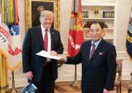 늘 북미회담 앞두고 등장했다···주목받는 김정은 세번째 친서