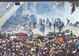 홍콩 시민들 의회 봉쇄, 물대포·최루탄 경찰과 충돌
