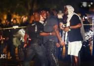 """""""전쟁터 같았다""""는 미국 테네시주 투석 시위…경찰 25명 부상"""