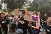 촛불 대신 플래시 켠 홍콩인···'임을 위한 행진곡'이 울렸다