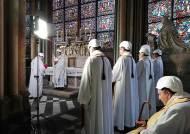 [서소문사진관]안전모 쓴 신부들…화재 후 첫 미사, 노트르담 대성당