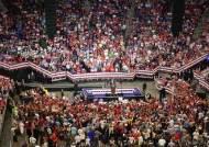 """""""미국을 계속 위대하게"""" 트럼프 출정식, 4년 전 에스컬레이터 탈 때와 달랐다"""