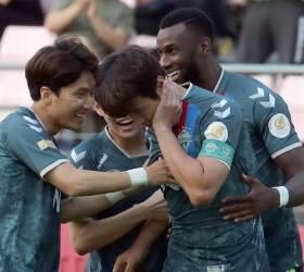 프로축구 전북 <!HS>이동국<!HE>, 2분 만에 진기명기 골