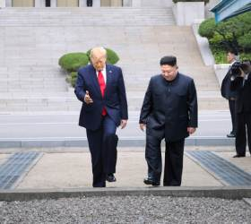 """<!HS>김정은<!HE> """"북한땅 밟은 첫 美대통령""""···트럼프 """"역사적인 날"""""""