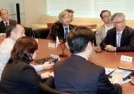 文 만난 손정의 과거인연 화제···7년전 '탈원전' 힌트 줬다