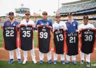 류현진, MLB 올스타전 유니폼 들고 기념사진 찰칵
