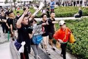 [사진] 홍콩 시위대, 중국 관광객에 호소