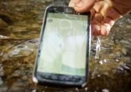 """방수 기능 100% 믿지 마세요…""""스마트폰 침수 피해는 유상수리"""""""