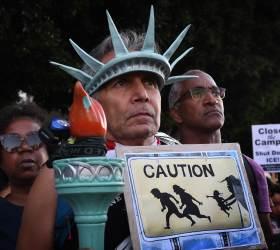 "[<!HS>서소문사진관<!HE>] ""냉정한 악마 ICE""<!HS>,<!HE> 불법 이민자 단속에 미국 초긴장"