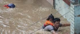 [<!HS>서소문사진관<!HE>]비행기 미끄러지고 아파트까지 침수. 최악의 물난리 겪는 네팔