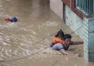 [서소문사진관]비행기 미끄러지고 아파트까지 침수. 최악의 물난리 겪는 네팔