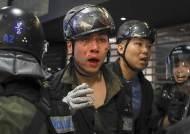 우산 던지자 곤봉 휘둘렀다…피로 물든 홍콩 쇼핑몰