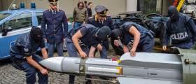 [<!HS>서소문사진관<!HE>] 이탈리아 극우 근거지 급습<!HS>,<!HE> 미사일도 압수