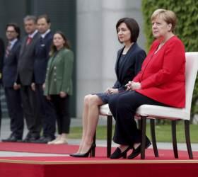 <!HS>메르켈<!HE>, 세 차례 건강 이상증세···그가 떨자 유럽도 떤다
