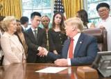 """[사진] 탈북자 만난 <!HS>트럼프<!HE> """"<!HS>북한<!HE> 종교 자유문제 제기할 것"""""""