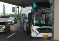 달리던 시내버스 당산역 고가 기둥에 쾅…1명 사망, 7명 부상