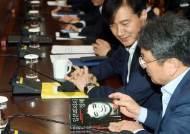 [포토사오정] 조국 수석, 아베 책 들고 청와대 회의에 참석해
