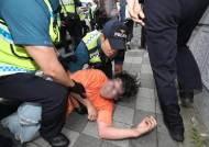 대학생 추정 청년 6명, 부산 일본 영사관 진입…경찰 연행