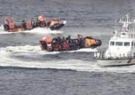 [서소문사진관]'쇠꼬챙이 달고 저항해도 완전 제압' 불법외국어선 단속 경연대회 실시