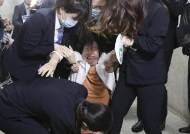 """""""손학규 하야하라"""" 바른미래 女당원 시위 소동, 결국 끌려나가"""