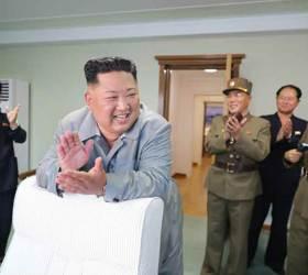 [<!HS>서소문사진관<!HE>] 손뼉치며 활짝 웃는 김정은<!HS>,<!HE> 신형 전술유도무기 발사 사진 공개