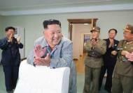 [서소문사진관] 손뼉치며 활짝 웃는 김정은, 신형 전술유도무기 발사 사진 공개