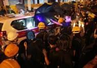 격렬해지는 홍콩 시위 현장…中정부건물에 물대포 첫 배치