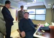 미사일 발사 야외관람하던 김정은, 왜 이동식 참관대 만들었나