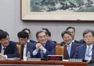 [서소문사진관] 국회에서 웃음기 싹 뺀 김현종 2차장