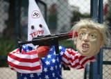 """""""총기 폭력 끝내자""""···트럼프 얼굴에 총 들이댄 사람들"""